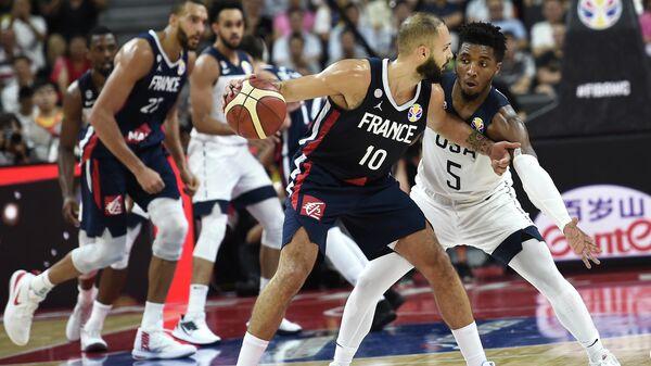 Французский баскетболист Эван Фурнье (по центру)