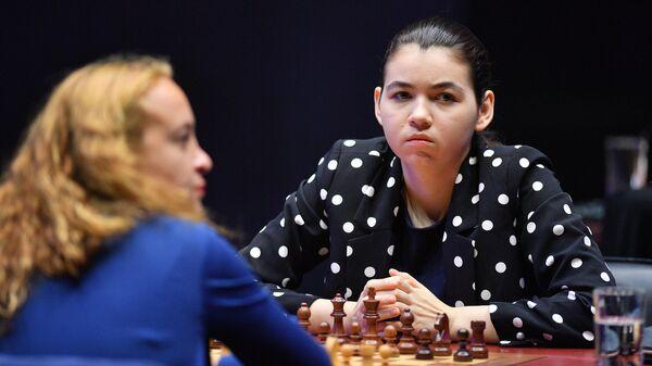 Справа налево: Александра Горячкина и Антуанета Стефанова (Болгария)