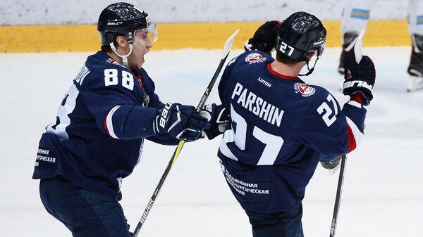 Игроки Торпедо Дамир Жафяров (слева) и Денис Парши