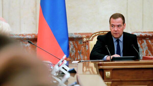 Председатель правительства РФ Дмитрий Медведев проводит совещание с членами кабинета министров