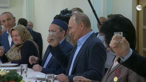 Путин во время поездки в Дагестан выпил стопку водки