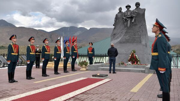 Президент РФ Владимир Путин возлагает цветы к памятнику участникам Великой Отечественной войны, локальных войн и ополченцам - участникам боевых действий на территории Дагестана в 1999 году