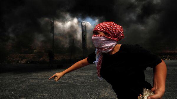 Палестинец во время протеста в израильском поселении Бейт-Эль на Западном берегу реки Иордан