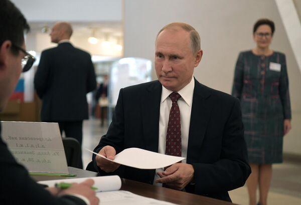 Президент РФ Владимир Путин во время голосования на выборах депутатов в Московскую городскую Думу на избирательном участке № 2151 в здании РАН