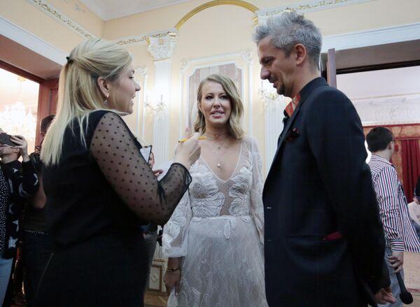 Режиссер Константин Богомолов и телеведущая Ксения Собчак перед торжественной частью церемонии бракосочетания в Москве