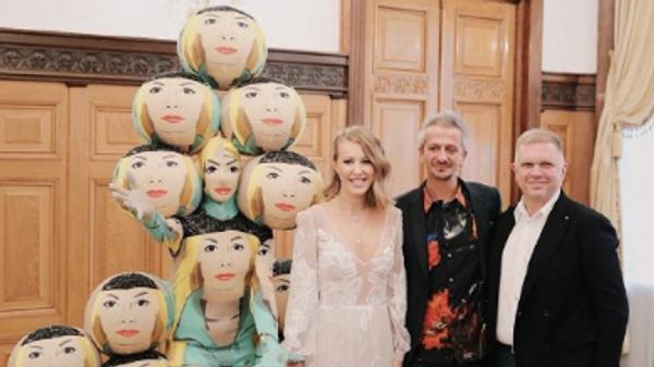 Телеведущая Ксения Собчак и режиссера Константина Богомолова во время свадьбы со свидетелями
