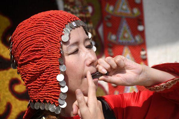 Женщина играет на варгане на IV фестивале Русского географического общества в парке Зарядье в Москве
