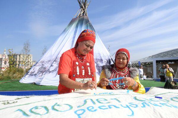 Участники IV фестиваля Русского географического общества в парке Зарядье в Москве