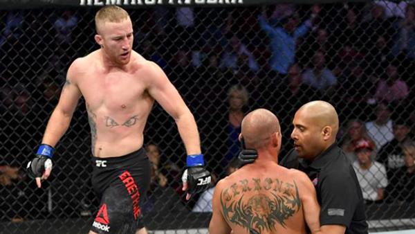 Боец UFC Джастин Гэтжи (слева) после победы над Дональдом Серроне