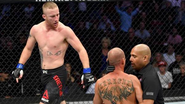 Боец UFC Джастин Гейджи (слева) после победы над Дональдом Серроне