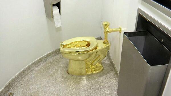 Туалет из чистого золота, сделанный итальянским художником Маурицио Каттеланом