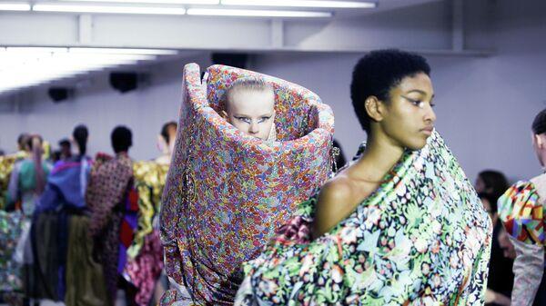 Модели на показе Matty Bovan на Неделе моды в Лондоне