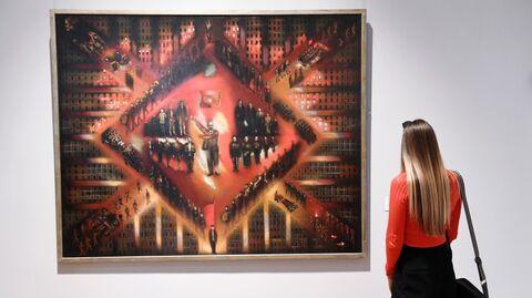 Посетительница у картины Восстание художника Климента Редько в Третьяковской галерее на Крымском Валу