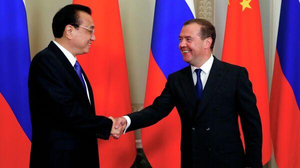 Председатель правительства РФ Дмитрий Медведев и премьер Государственного совета КНР Ли Кэцян во время встречи