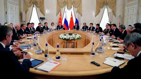 Председатель правительства РФ Дмитрий Медведев и премьер Государственного совета КНР Ли Кэцян во время встречи в Санкт-Петербурге