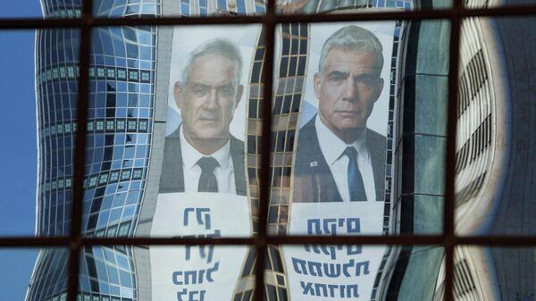 Изображения лидеров партий Яира Лапида и Бенни Ганца в Тель-Авиве, Израиль