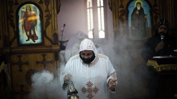 Коптский монах во время мессы в Красном монастыре в окрестностях Сохага, Египет