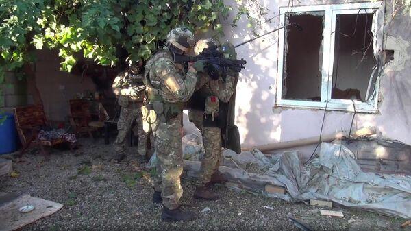 Сотрудники правоохранительных органов во время КТО в Кабардино-Балкарии. Стоп-кадр оперативной видеосъемки