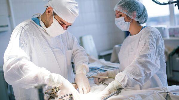 Хирурги на операции по удалению злокачественной опухоли