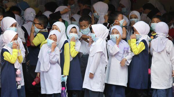 Школьники в Куала-Лумпуре во время задымления из-за лесных пожаров