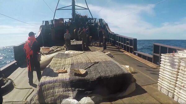 Судно северокорейских браконьеров в исключительной экономической зоне Российской Федерации в Японском море во время их задержания пограничным управлением ФСБ России по Приморскому краю