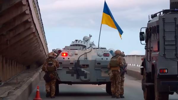 Опубликовано видео задержания мужчины, угрожавшего взорвать мост в Киеве