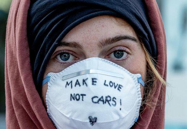 Активист в маске во Франкфурте, Германия