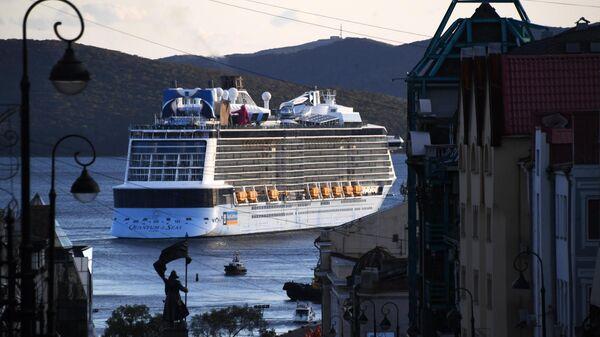 Гигантский круизный лайнер Quantum of the Seas прибыл в порт Владивостока