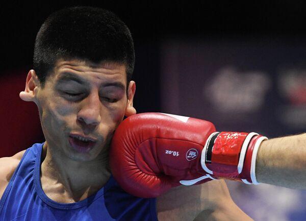 Бриан Арреги (Аргентина) в поединке 1/8 финала по боксу в весовой категории 63-69 кг против Бобоусмона Батурова (Узбекистан) на ХХ чемпионате мира по боксу в Екатеринбурге