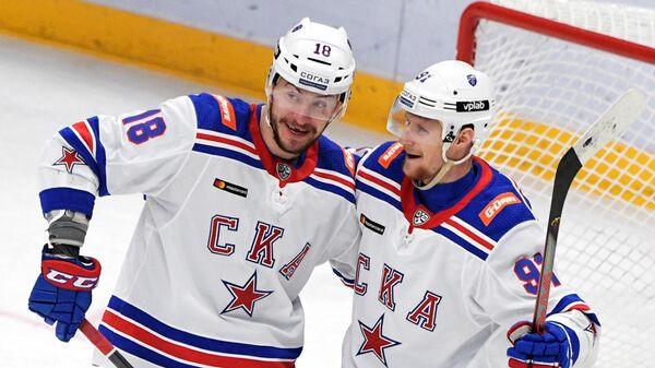 Хоккеисты СКА Александр Дергачев и Максим Карпов