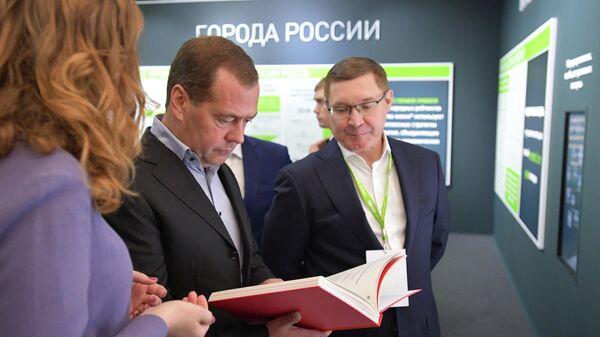 Премьер-министр РФ Дмитрий Медведев во время посещения выставки Города - пространство для развития в Великом Новгороде. 20 сентября 2019