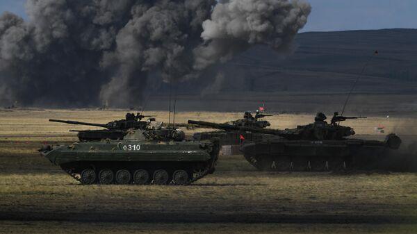 БМП-2 и танк Т-72Б3 во время основного этапа стратегического командно-штабного учения Центр-2019 на полигоне Донгуз