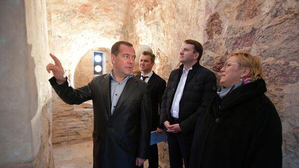 Председатель правительства РФ Дмитрий Медведев и министр экономического развития РФ Максим Орешкин во время осмотра церкви святого Николы на Липне. 20 сентября 2019