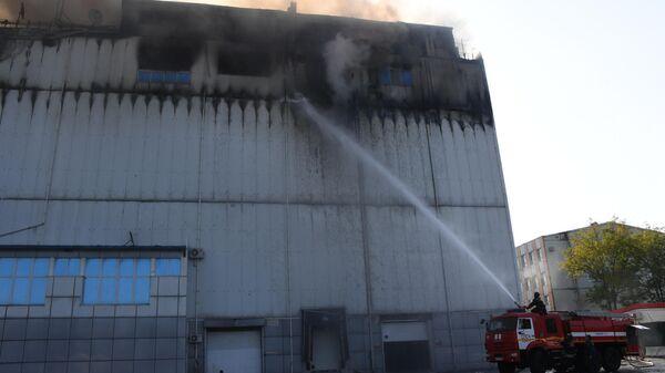 Сотрудники МЧС рядом с торговым центром Максим во Владивостоке, где произошел пожар. 21 сентября 2019