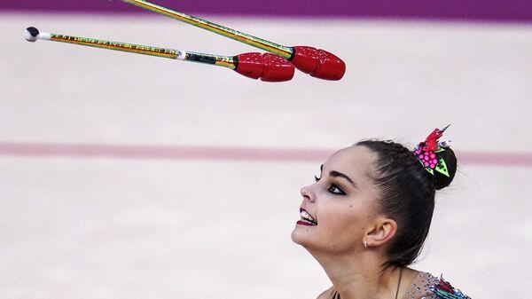 Арина Аверина (Россия) выполняет упражнения с булавами в финале квалификации индивидуального многоборья на чемпионате мира по художественной гимнастике 2019 в Баку.