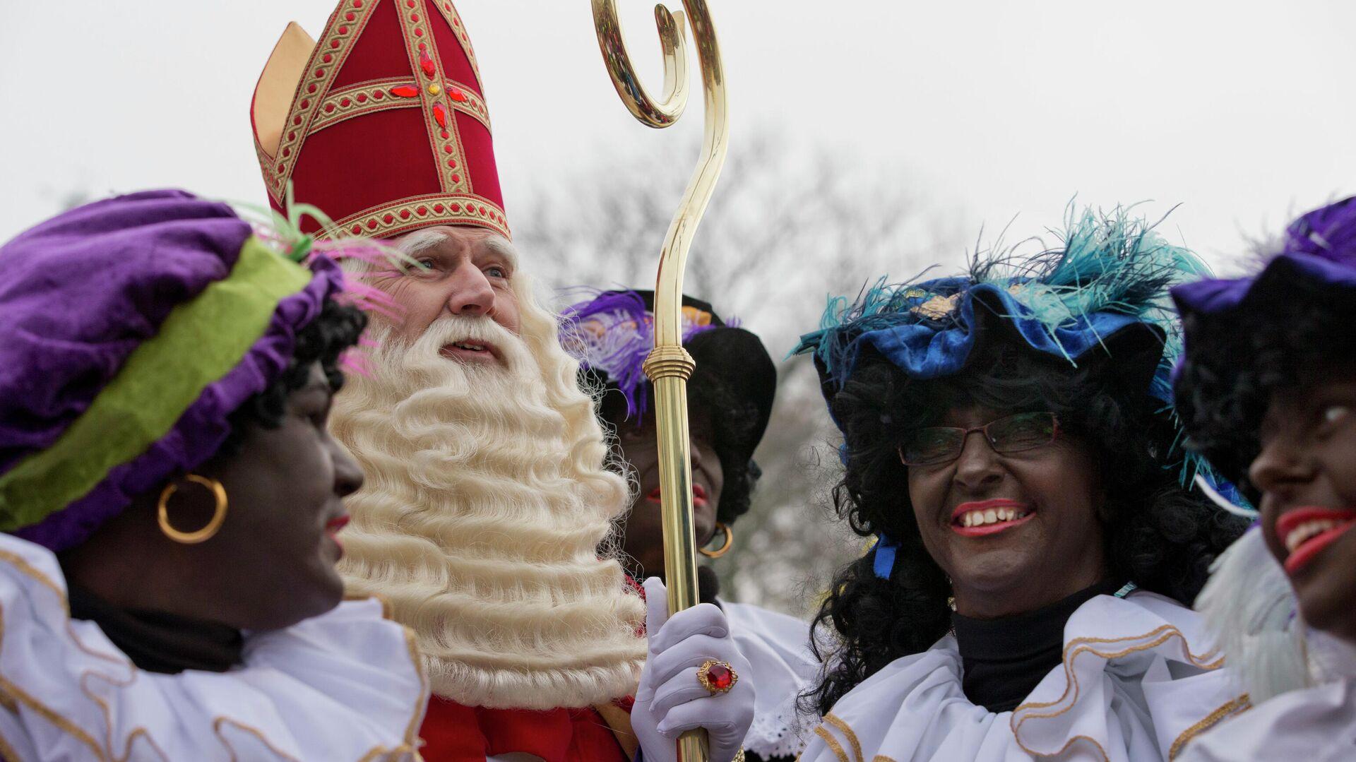Синтерклаас, голландский Санта-Клаус, в окружении так называемых Черных Питов в Нидерландах - РИА Новости, 1920, 12.11.2020