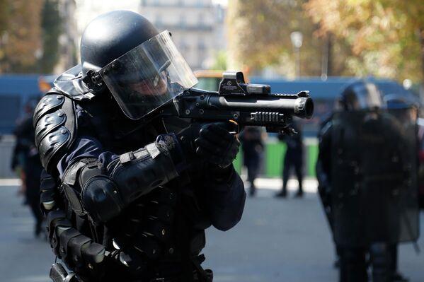 Сотрудник полиции во время акции по защите климата в Париже. 21 сентября 2019