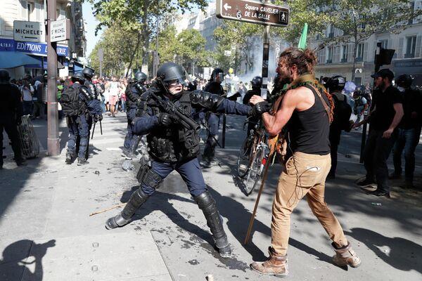 Столкновение демонстрантов и полиции во время акции протеста, призывающей власти принять экстренные меры против изменения климата, в Париже. 21 сентября 2019