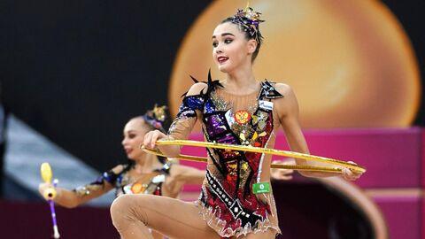 Гимнастки сборной России выполняют упражнения с тремя обручами и двумя парами булав в финале групповых соревнований в отдельных видах на чемпионате мира по художественной гимнастике 2019 в Баку.