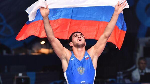 Заурбек Сидаков (Россия) радуется победе в финальном поединке соревнований по вольной борьбе среди мужчин в весовой категории до 74 кг против Франка Чамисо Маркеса (Италия) на чемпионате мира в Казахстане.
