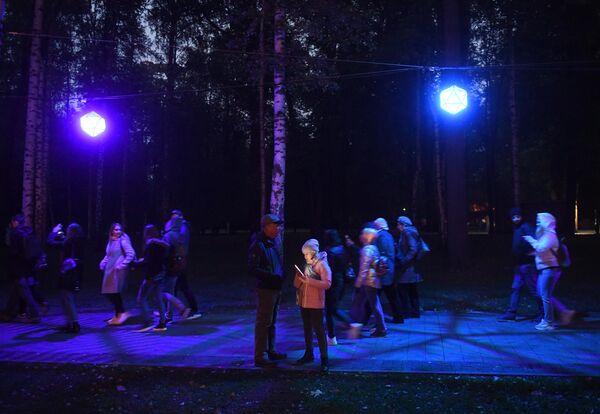 Посетители на фестивале Круг света 2019 в парке Останкино в Москве