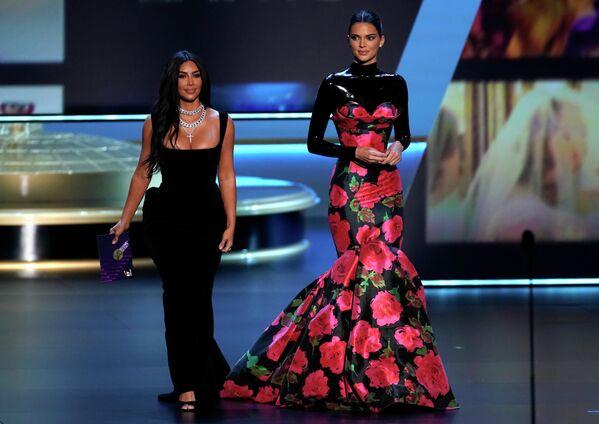 Ким Кардашьян и Кендалл Дженнер на церемонии вручения премии Эмми в Лос-Анджелесе