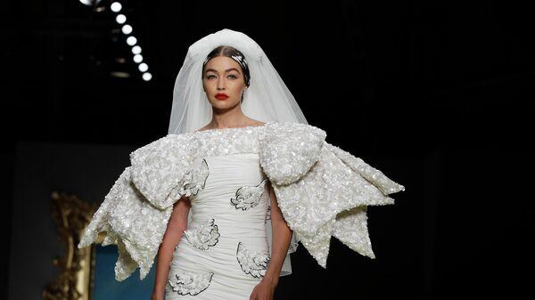 Модель Джиджи Хадид во время показа коллекции Moschino на Неделе моды в Милане