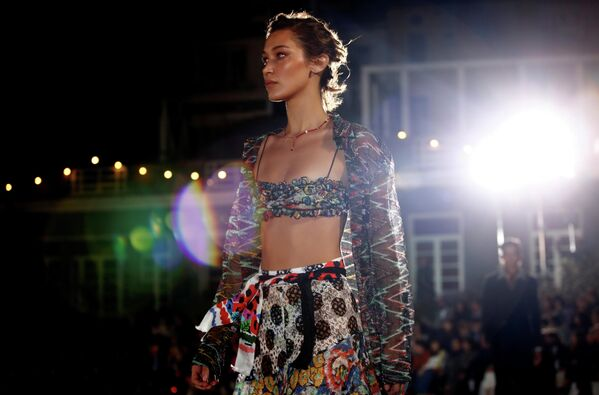 Модель Белла Хадид во время показа коллекции Missoni на Неделе моды в Милане