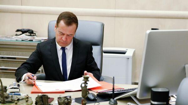 Председатель правительства РФ Дмитрий Медведев в рабочем кабинете