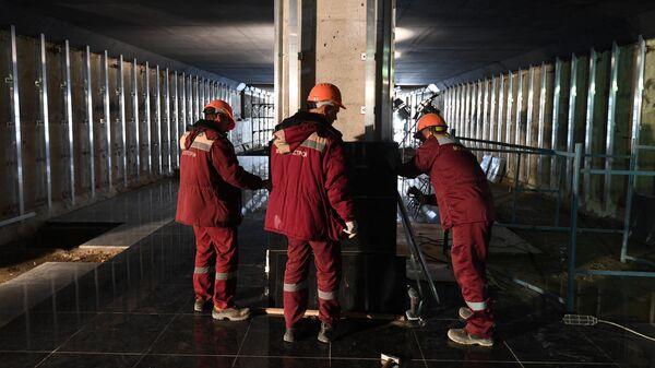 Рабочие на строительной площадке станции метро Лефортово Большой кольцевой линии в Москве