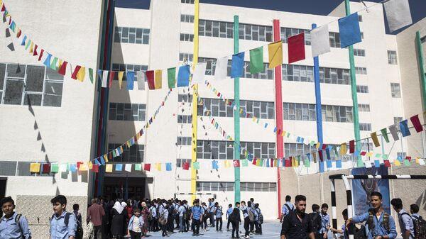 Школьники на открытии школы в районе Барза в Дамаске, отремонтированной на собранные в России средства