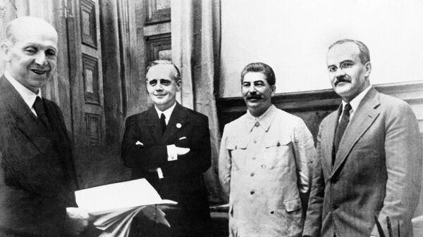 Фридрих Гаусс, Иоахим фон Риббентроп, Иосиф Сталин и Вячеслав Молотов после подписания договора о ненападении между Германией и Советским Союзом