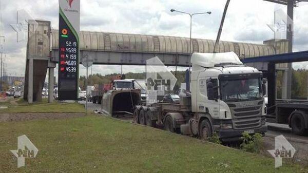 Грузовик врезался в пешеходный мост на трассе М5 Урал в Московской области