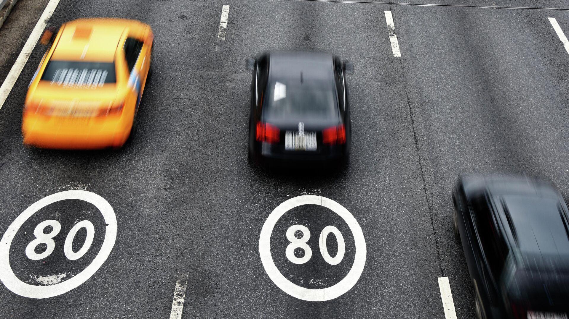 Автомобили на участке Третьего транспортного кольца в Москве с ограничением скорости 80 км/ч - РИА Новости, 1920, 01.02.2021